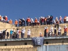 Del tejado cuelga un cartel del PCC, la mayor organizaci�n criminal de San Pablo, manejada desde las prisiones.